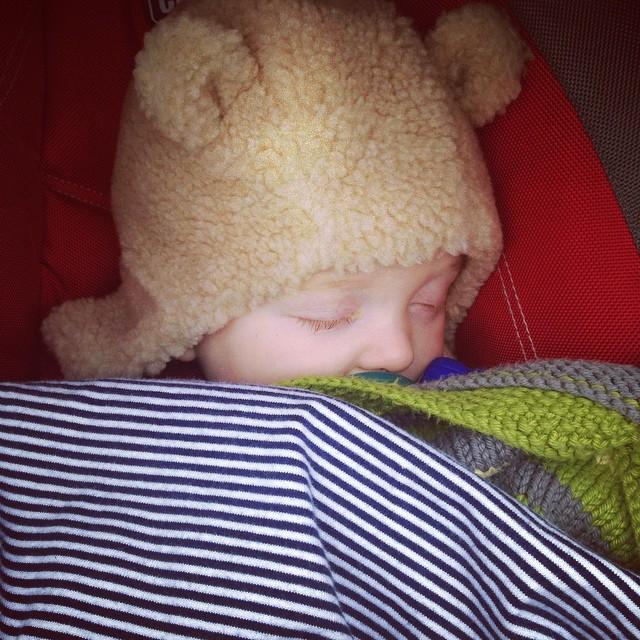 Snoozing bear cub. @jjfaddd @jonnyetc #junebaby #toocute #bearhat #bearcub #familywalk